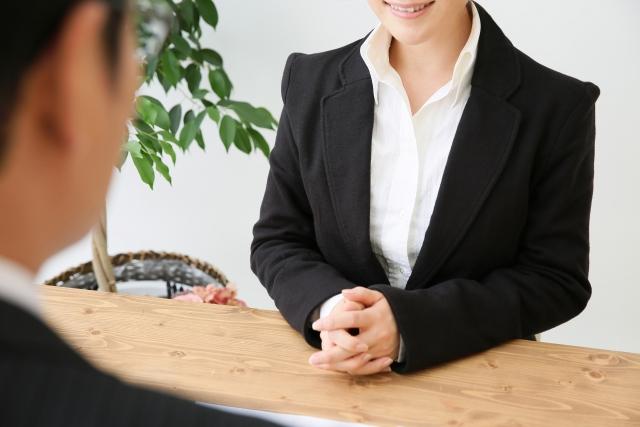 スーツ座る女性
